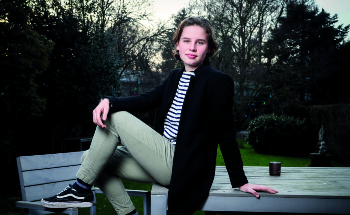 Anuna De Wever, figure de proue de Youth For Climate Belgium pose pour Paris Match dans son jardin de Mortsel, près d'Anvers.