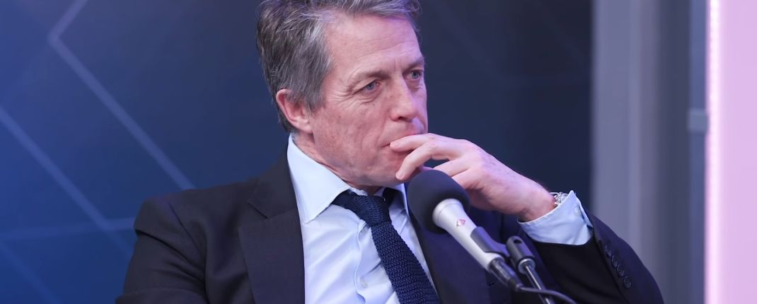Hugh Grant défend le Prince Harry : « Les tabloïds ont effectivement assassiné sa mère »