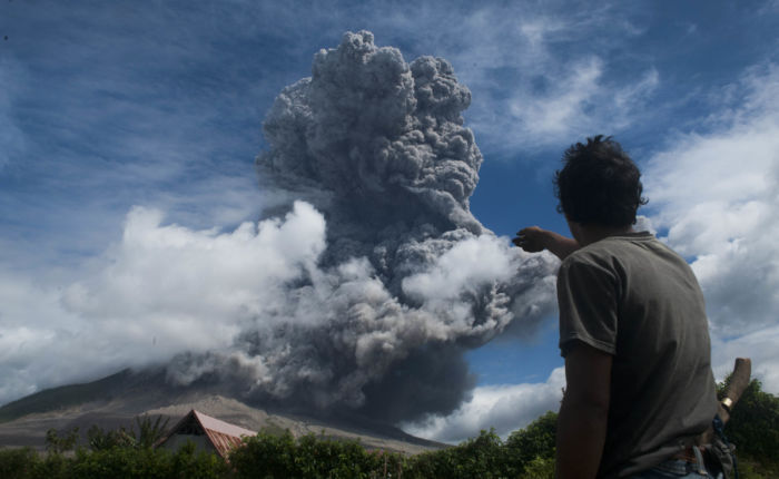 éruption volcan mont Sinabung cendres